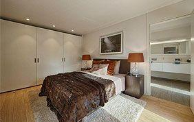 chambre à coucher avec beau parquet en chêne