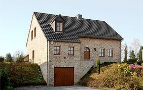 maison avec châssis et portes en bois