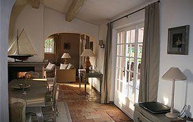 salle à manger avec nouveau carrelage, nouveaux rideaux et peinture murale claire assortie