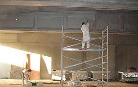 peintre en bâtiment sur échafaudage
