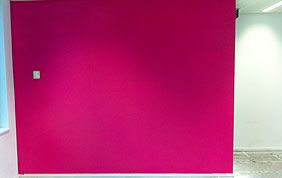 Mur de couleur fuchsia
