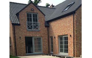 maison avec façade en brique et terrasse