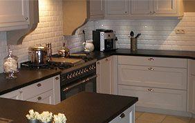 plan de travail dans cuisine équipée en angle