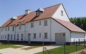 bâtiment avec toiture en tuiles