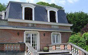 toit en ardoise avec fenêtres et bardages