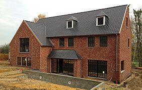 maison en brique avec toit en ardoises