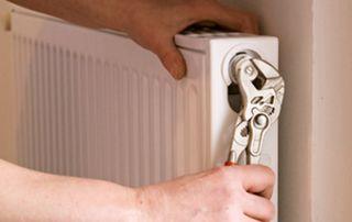 ouvrier réparant un radiateur