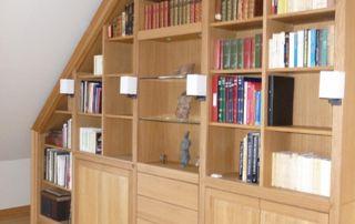 Bibliothèque sur mesure pour mansarde