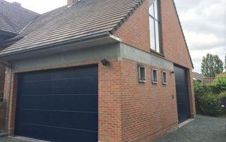 maison avec porte de garage basculante bleu foncé