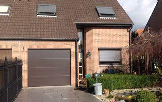 maison avec porte de garage marron