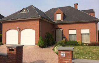 habitation avec double porte de garage