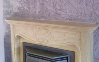 papier peint au-dessus d'une cheminée