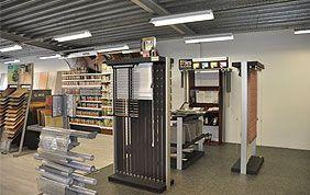 show room avec stores à lamelles verticales et horizontales