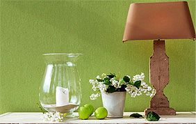 vases et lampes devant papier peint vert