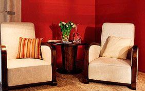 salon avec papier peint rouge