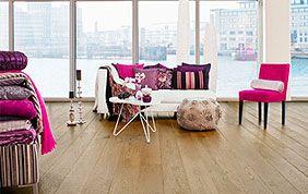 appartement avec grande baie vitrée, mobilier moderne et plancher en bois
