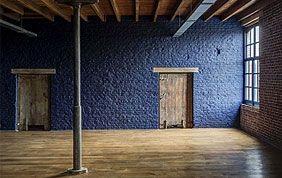 pièces rénovée avec portes, poutres et sol en bois