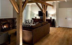 salon avec poutres et plancher en bois