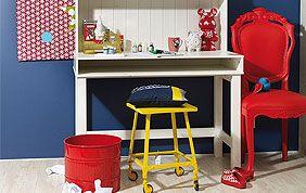 chambre enfant murs bleus meubles de couleurs vives