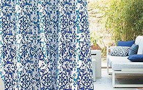 rideau bleu et blanc à motifs