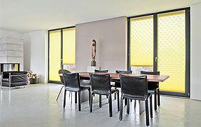 stores enrouleurs jaunes dans salle à manger