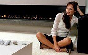 femme assise sur tapis beige