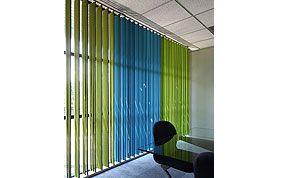 stores à lamelles verticales vertes et bleues