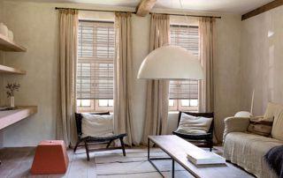 salon avec rideaux beiges et stores assortis