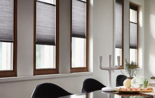 salle à manger avec hbaillage de fenêtre foncé et occultant