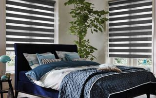 chambre à coucher avec stores vénitiens en bois