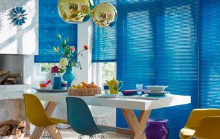 cuisine avec stores vénitiens bleu vif