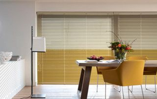 fenêtre avec stores vénitiens jaunes et blancs