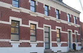 immeuble avec fenêtres et portes en PVC