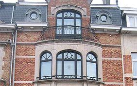 Façade ronde avec fenêtres noire