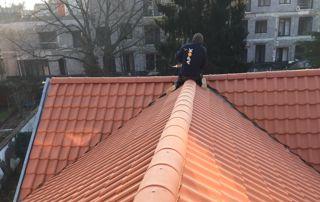 couvreur sur toiture en tuiles