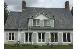 villa avec toit en pente en ardoise