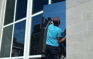 ouvrier qui remplace une vitre