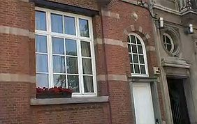 façade avec châssis et porte en PVC blanc