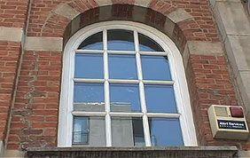 Fenêtre arrondie et châssis blancs