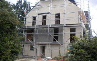 maison en construction avec échafaudage