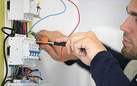 électricien qui branche une prise