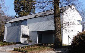 belle maison briques blanches et toit incliné