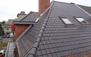 toit tuiles terre cuite avec fenêtre de toit