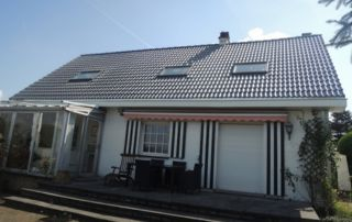 maison avec toiture en pente tuiles