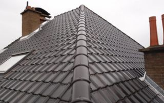 toiture en pente en tuiles avec cheminées