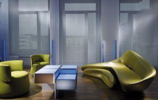 salon design avec grands stores en tissu