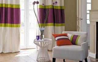 tentures multicolore et coussins assortis