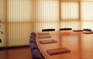 salle de réunion avec stores fermés