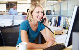 employée de bureau au téléphone
