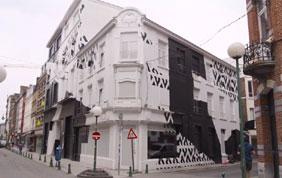 facade de maison de ville repeinte en blanc et noir avec motifs graphiques